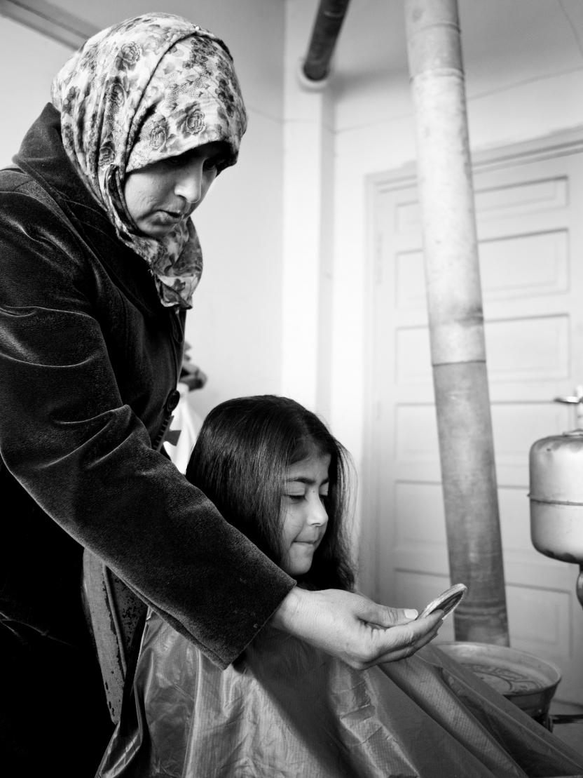 Homs: Fuddah Houlani klipper sin nieces hår.