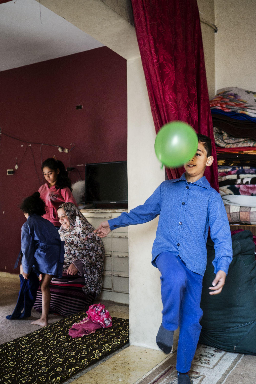 Jordan: Lillesøster får hjælp til skoleuniform.